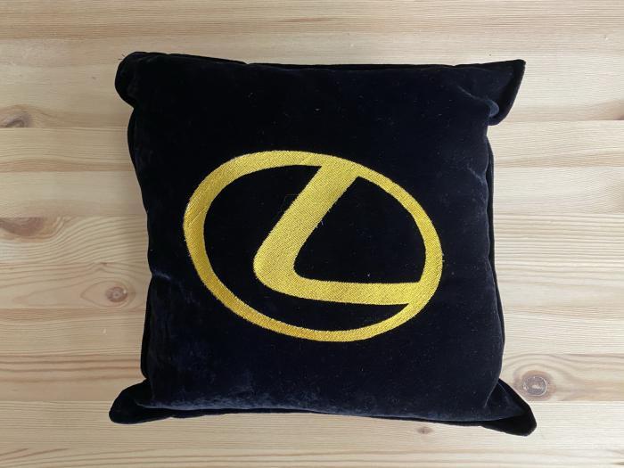 "Декоративная подушка ""Lexus-желтый лого"""